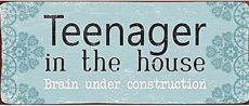 Tekstbord: Teenager in the house. Brain.... EM3827